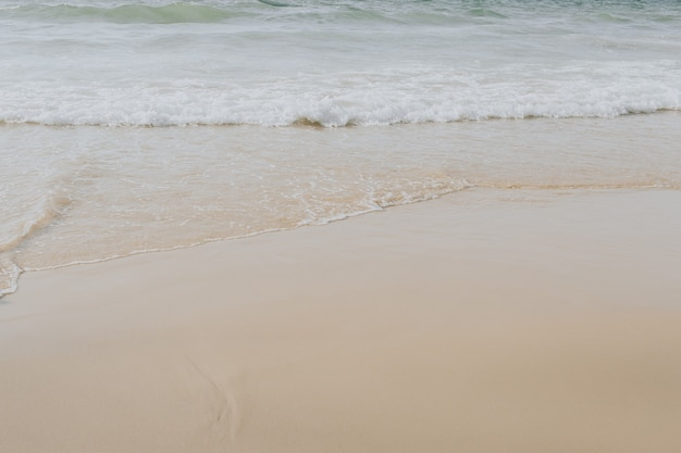 Belle vue sur la plage tropicale avec sable beige blanc et mer avec des vagues sur phuket