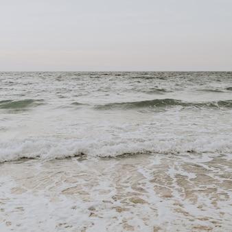 Belle vue sur la plage tropicale avec sable blanc et mer bleue avec des vagues sur phuket, thaïlande