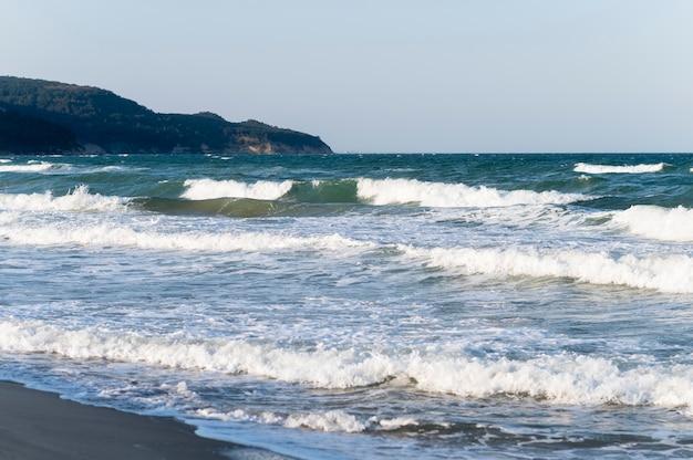 Belle vue sur la plage avec des vagues s'écraser sur la plage