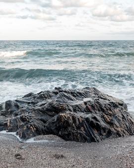 Belle vue sur la plage avec des vagues