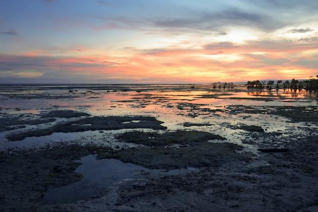 Belle vue sur la plage de walakiri avec rochers et mangrove