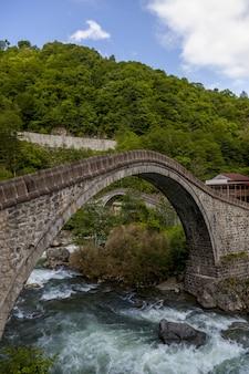 Belle vue sur le pont capturé dans le village d'arhavi kucukkoy, turquie