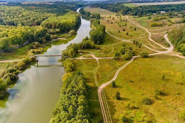 Belle vue sur le pont et la rivière. vue aérienne.
