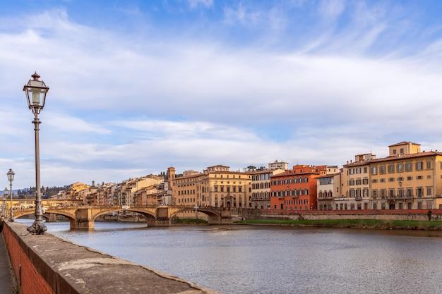 Belle vue sur le quai du fleuve arno à florence, italie