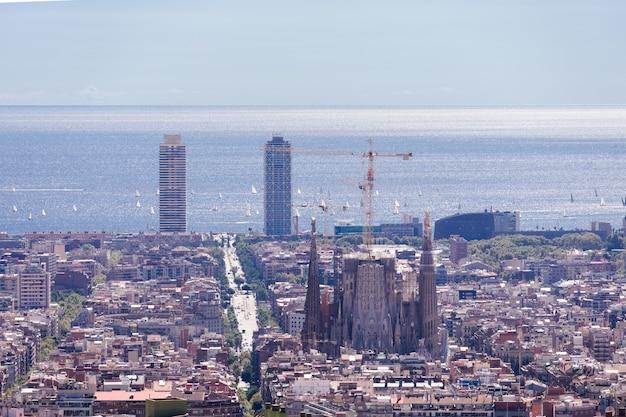 Belle vue sur les quartiers carrés de barcelone avec la célèbre cathédrale comme point culminant.