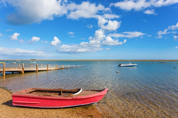 Belle vue sur la rivière, le lac avec un bateau sur l'eau. été.