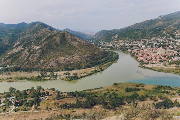 Belle vue sur la rivière de montagne en été