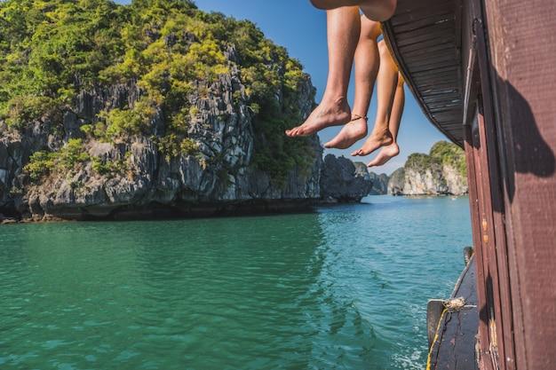 Belle vue sur le rocher iisland dans la baie d'halong au vietnam depuis le bateau