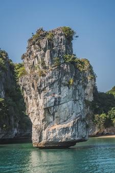 Belle vue sur le rocher iisland dans la baie d'halong au vietnam