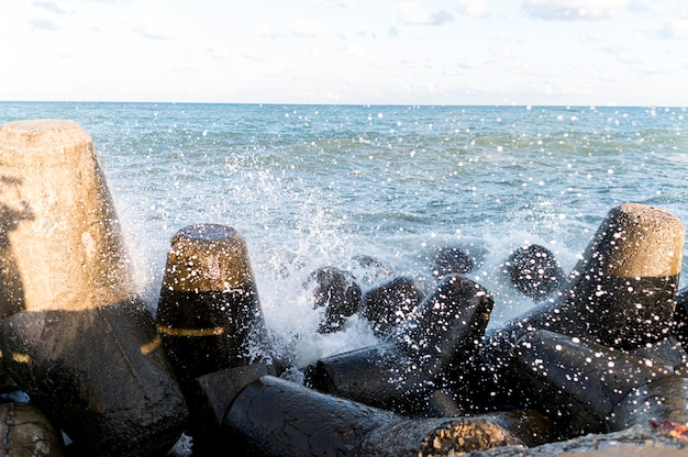 Belle vue sur les roches éclaboussant l'eau