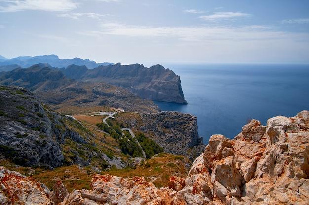 Belle vue romantique sur la mer et les montagnes. cap de formentor - côte de majorque, espagne - europe.