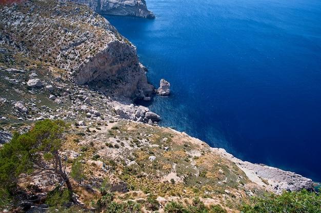 Belle vue romantique sur la mer et les montagnes