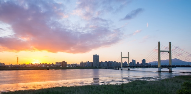 Belle vue, scène du coucher du soleil au port de taipei