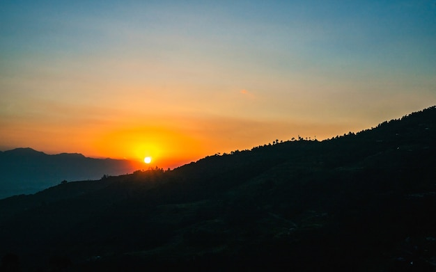 Belle vue sombre du coucher du soleil à katmandou