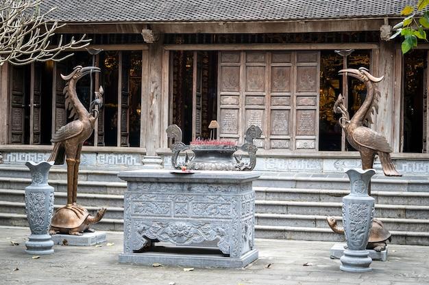 Belle vue sur le temple bouddhiste à trang an, ninh binh, vietnam.