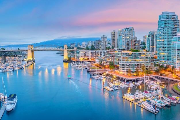 Belle vue sur les toits du centre-ville de vancouver, colombie-britannique, canada au coucher du soleil