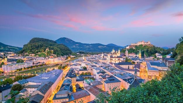 Belle vue sur les toits de la ville de salzbourg en été au coucher du soleil, autriche