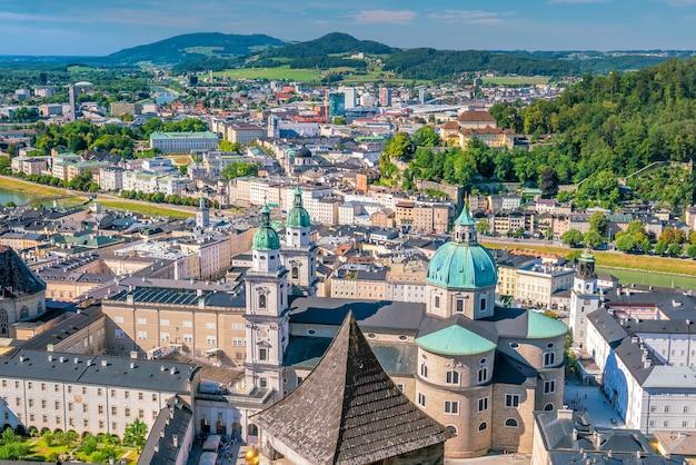 Belle vue sur les toits de la ville de salzbourg en été, autriche