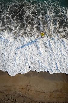 Belle vue sur les vagues de la mer par une journée d'été ensoleillée. mer agitée. photo de haute qualité