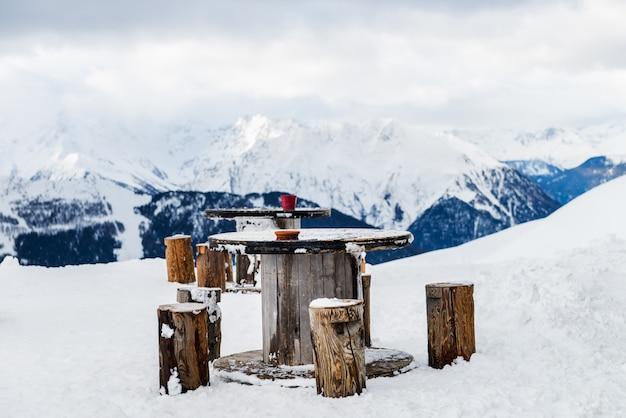 Belle vue sur la vallée dans la station de ski des alpes suisses