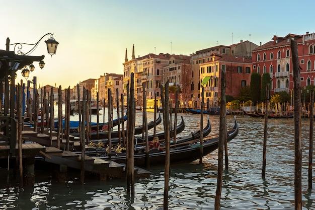 Belle vue de venise au soleil couchant. maisons vénitiennes et gondoles au coucher du soleil.