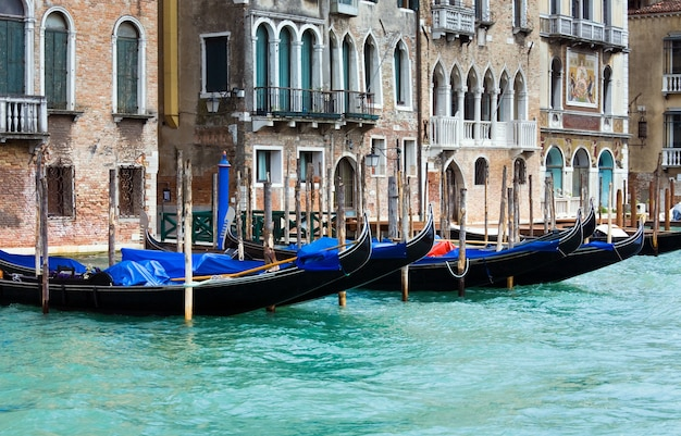 Belle vue vénitienne d'été sur le grand canal avec des gondoles sur l'eau