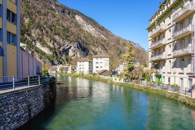 Belle vue sur la vieille ville et le canal du lac interlaken, en suisse.