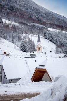 Belle vue sur le vieux beffroi du village alpin traditionnel