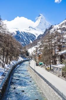 Belle vue sur le vieux village en journée ensoleillée avec fond du cervin à zermatt