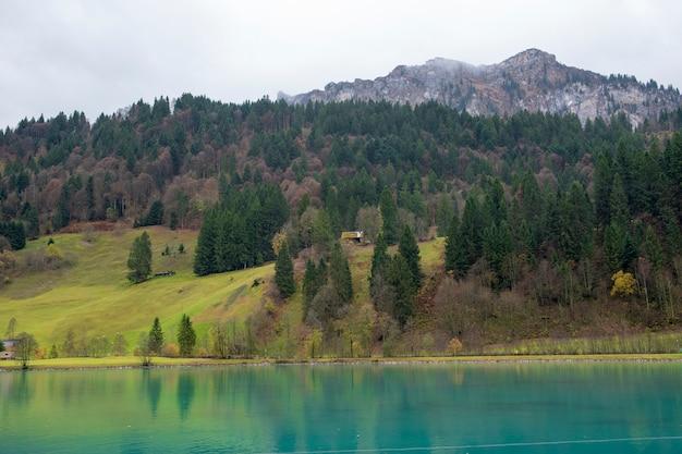 Belle vue sur le village de campagne et la montagne à l'automne à engelberg, suisse