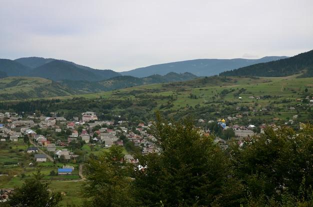 Une belle vue sur le village de mezhgorye