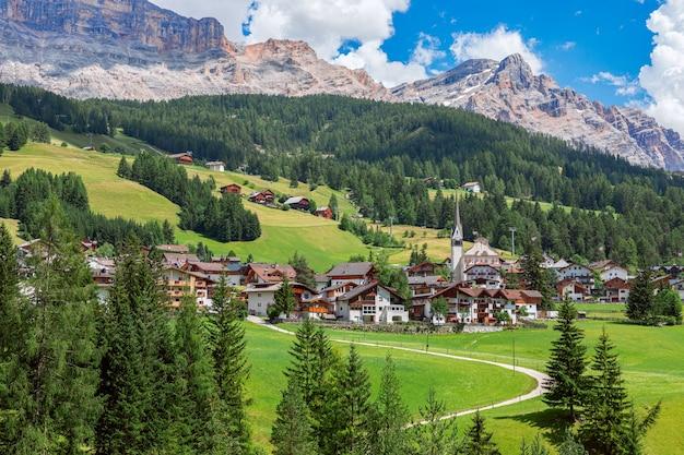 Belle vue sur la ville alpine de badia et les montagnes des dolomites italiennes en arrière-plan.