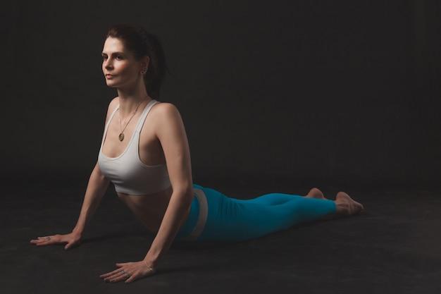 Belle yogi sportive pratique le yoga asana
