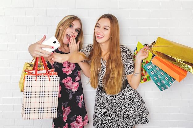 Belles adolescentes portant des sacs à provisions