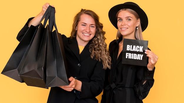 Belles amies portant des vêtements noirs