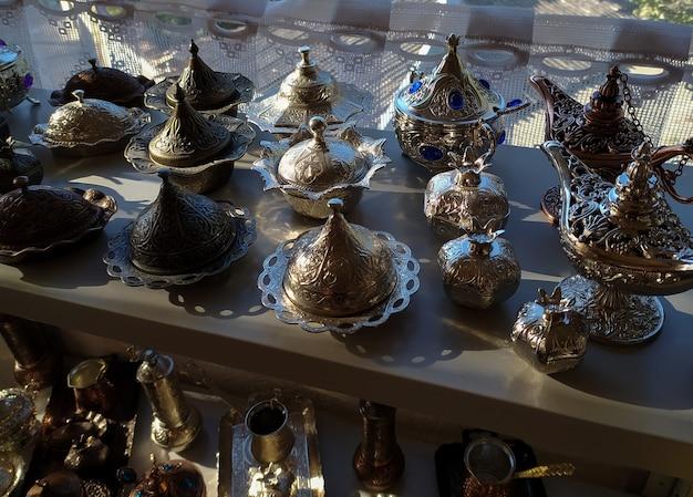 Belles assiettes en laiton en métal tatar de crimée avec chasse aux bonbons et au café