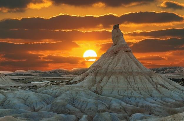 Belles bardenas kastildeterra dans le désert au coucher du soleil espagne