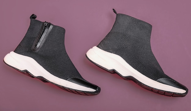 Belles baskets chaussettes à la mode sur fond violet
