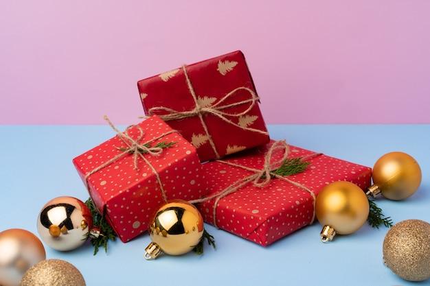 Belles boîtes git rouges enveloppées pour la fête de noël