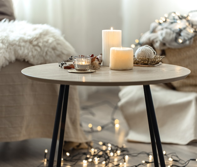 Belles bougies allumées à l'intérieur d'une pièce de style scandinave.