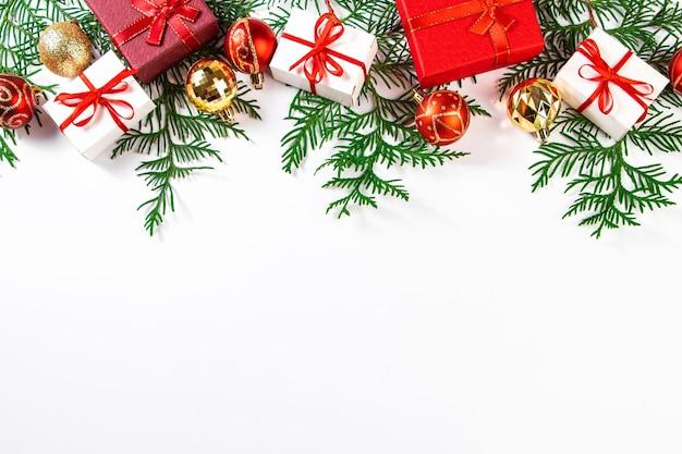 Belles boules de noël et cadeaux sur fond blanc. composition du nouvel an, place pour le texte.