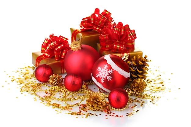 Belles boules de noël rouges, cadeaux et cônes isolés sur blanc