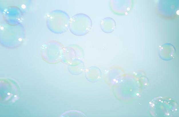 Belles bulles de savon colorées flottent à fond.
