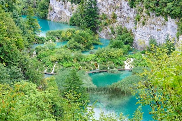Belles cascades dans les lacs de plitvice, croatie