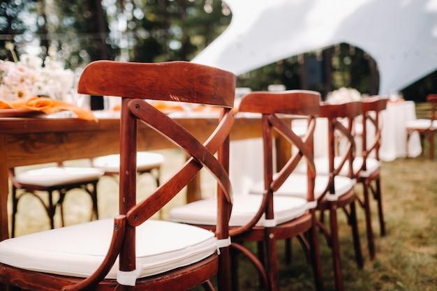 Belles chaises de mariage, décor de table de dîner de mariage.