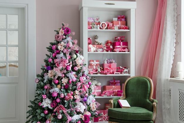 Belles chambres décorées de vacances avec arbre de noël