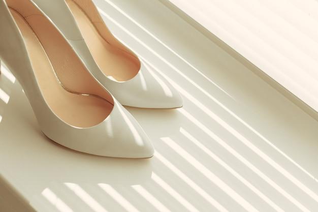 Belles chaussures blanches de la mariée