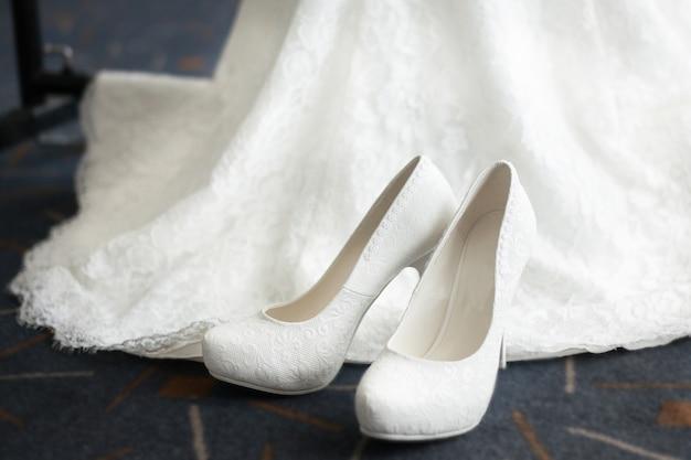 Belles chaussures blanches et robe de demoiselle d'honneur