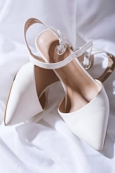 Belles chaussures de mariage blanches pour femmes