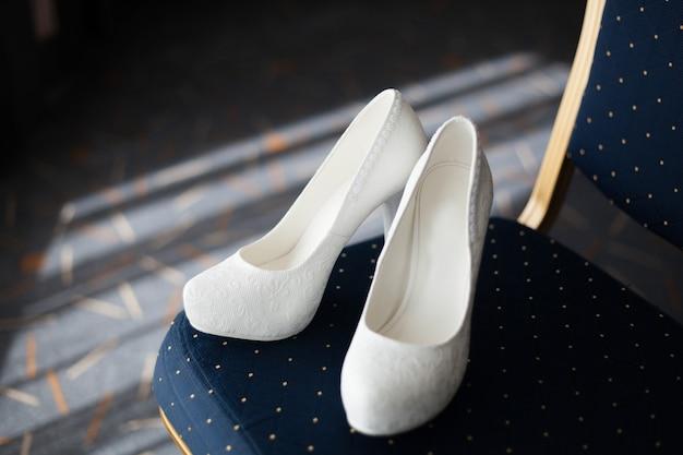 Belles chaussures de mariée blanche et élégante